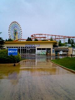 雨の遊園地
