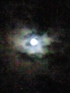 雲に囲まれた月
