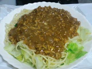 レタスとミートソースのスパゲティ