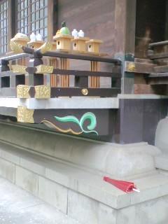 雨の後の神社の風景