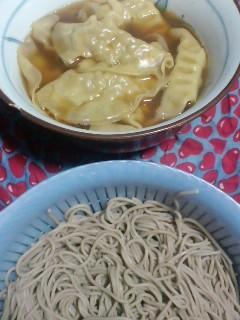 スープ餃子につけて、ソバを食べます