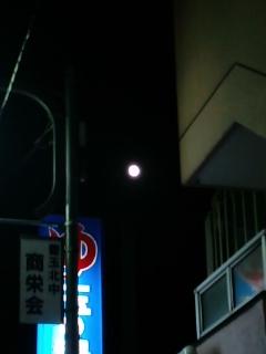 月が丸いと