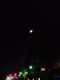 半月の夜、道路は一部凍結してる!