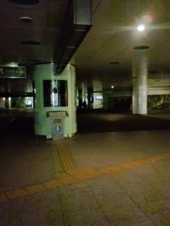 終電前の新宿駅西口地下は、もう電気が消えていた。